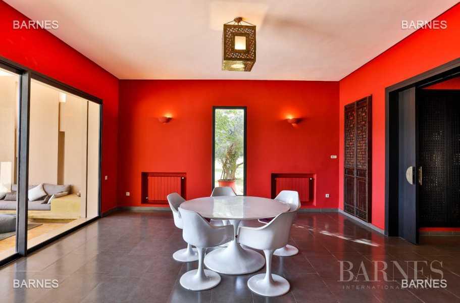 Villa contemporaine, 1 hectare, 700 m² habitables, 2 salons, 5 chambres, 5 salles de bains, piscine, terrasses. picture 18