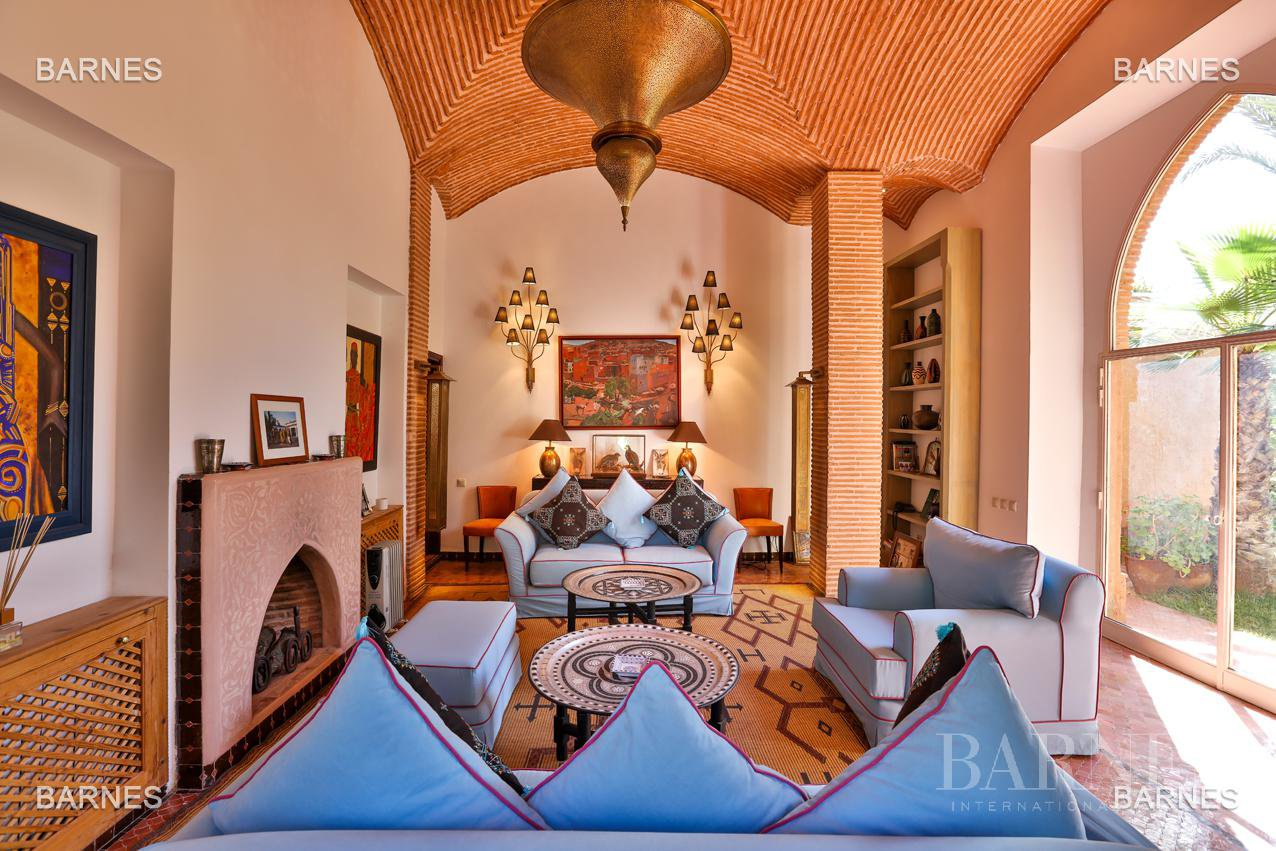 Very beautiful property of Moorish style with great opening implanted in an oasis of 2 hectares, combining comfort and style, 6 rooms and 2 swimming pool. picture 2