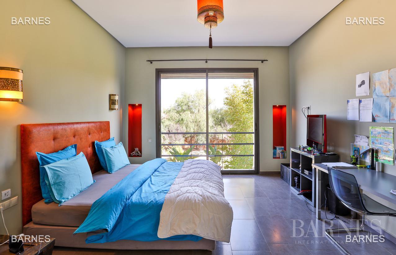 Villa contemporaine, 1 hectare, 700 m² habitables, 2 salons, 5 chambres, 5 salles de bains, piscine, terrasses. picture 2