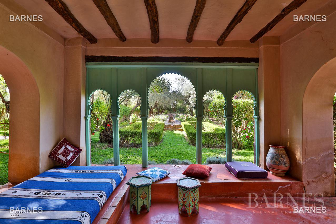Very beautiful property of Moorish style with great opening implanted in an oasis of 2 hectares, combining comfort and style, 6 rooms and 2 swimming pool. picture 12
