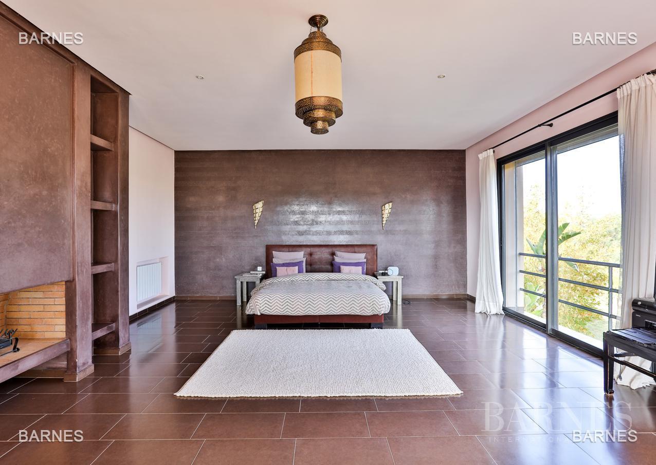 Villa contemporaine, 1 hectare, 700 m² habitables, 2 salons, 5 chambres, 5 salles de bains, piscine, terrasses. picture 5
