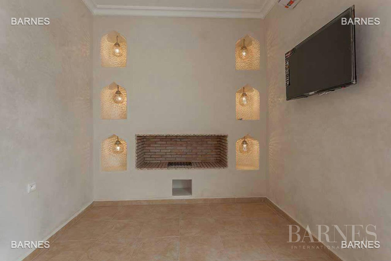 Riad new, new construction, Bab Doukkala, 5 large bedrooms, 2 suites, 7 bathrooms, patio fountain, living room fireplace, dining room, terrace. Ideal for guest house. picture 3