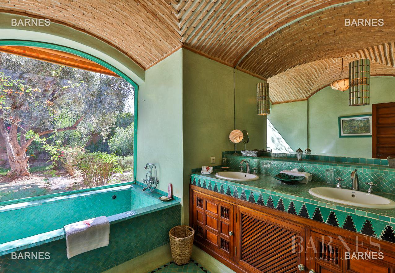 Very beautiful property of Moorish style with great opening implanted in an oasis of 2 hectares, combining comfort and style, 6 rooms and 2 swimming pool. picture 6