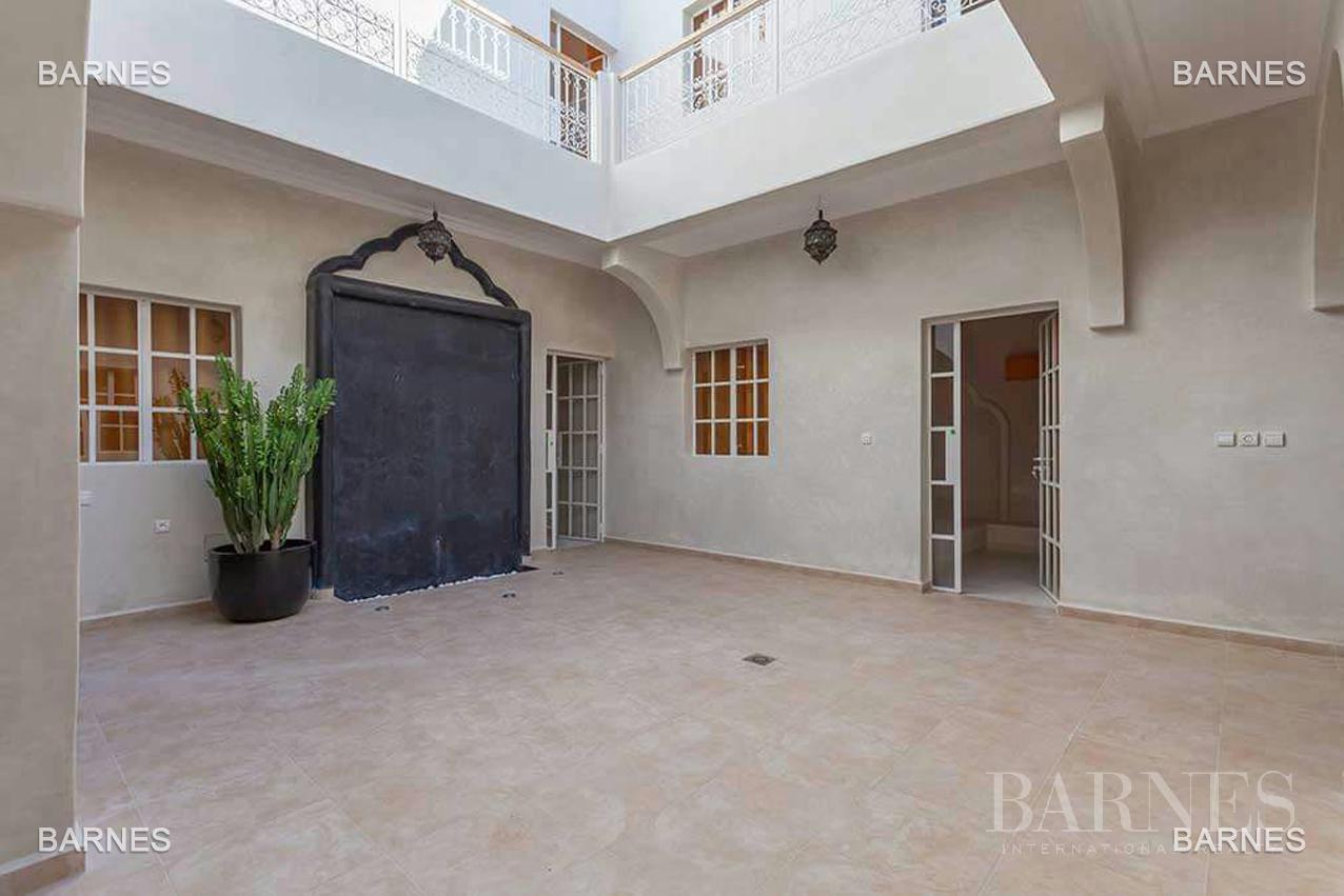 Riad neuf, construction récente, Bab Doukkala, 5 grandes chambres, 2 suites, 7 salles de bains, patio fontaine, salon cheminée, salle à manger, terrasse. Idéal pour maison d'hôtes. picture 1