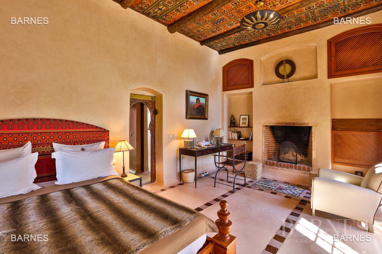 Very beautiful property of Moorish style with great opening implanted in an oasis of 2 hectares, combining comfort and style, 6 rooms and 2 swimming pool. picture 10