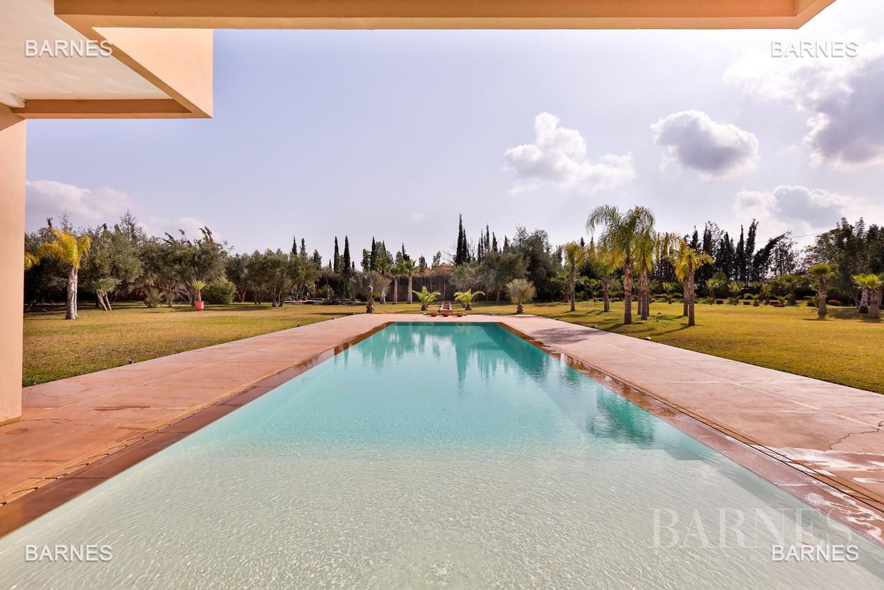 Villa contemporaine, 1 hectare, 700 m² habitables, 2 salons, 5 chambres, 5 salles de bains, piscine, terrasses. picture 3