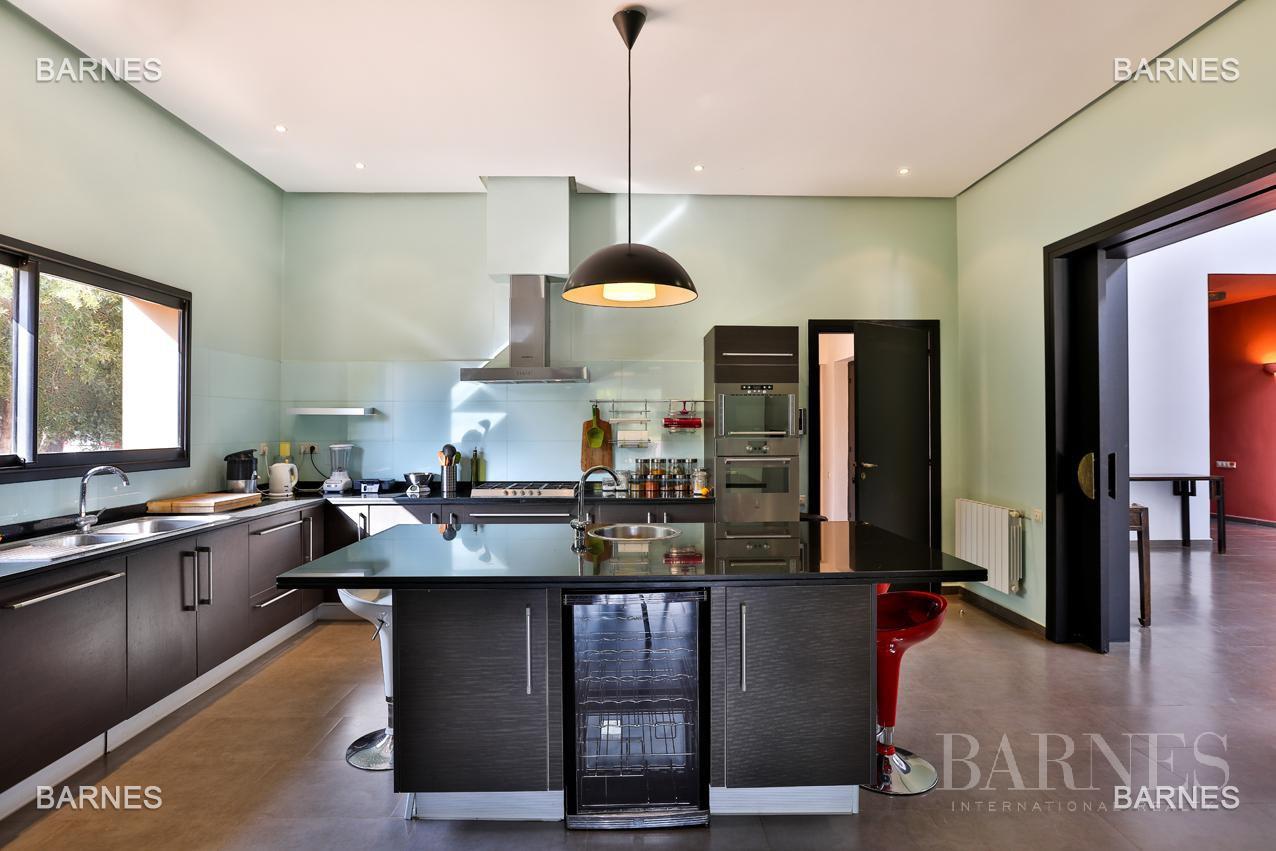 Villa contemporaine, 1 hectare, 700 m² habitables, 2 salons, 5 chambres, 5 salles de bains, piscine, terrasses. picture 13