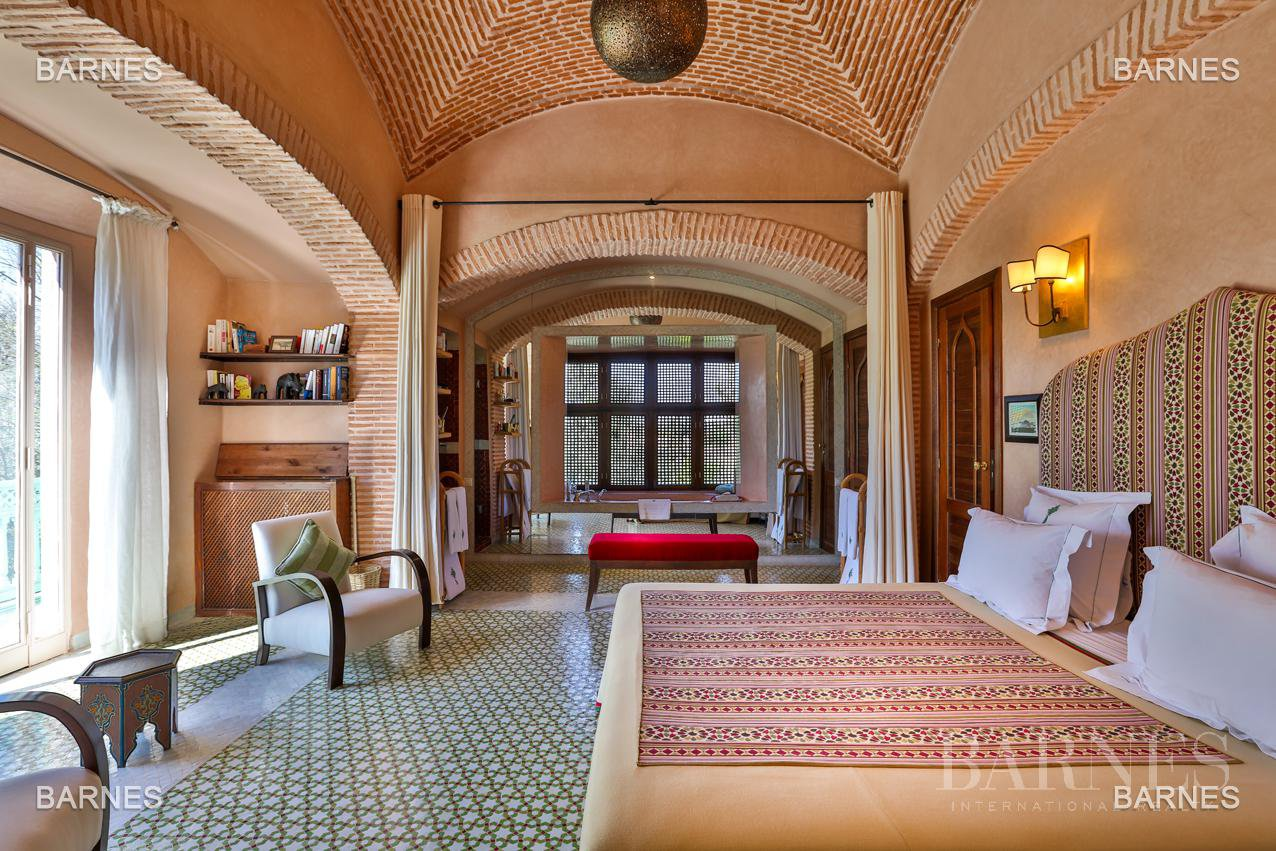 Very beautiful property of Moorish style with great opening implanted in an oasis of 2 hectares, combining comfort and style, 6 rooms and 2 swimming pool. picture 5