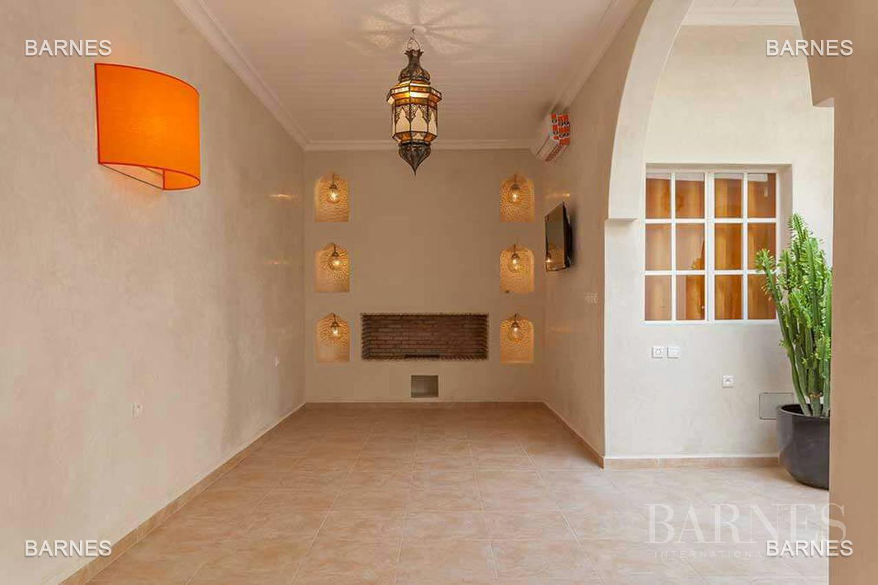 Riad neuf, construction récente, Bab Doukkala, 5 grandes chambres, 2 suites, 7 salles de bains, patio fontaine, salon cheminée, salle à manger, terrasse. Idéal pour maison d'hôtes. picture 5