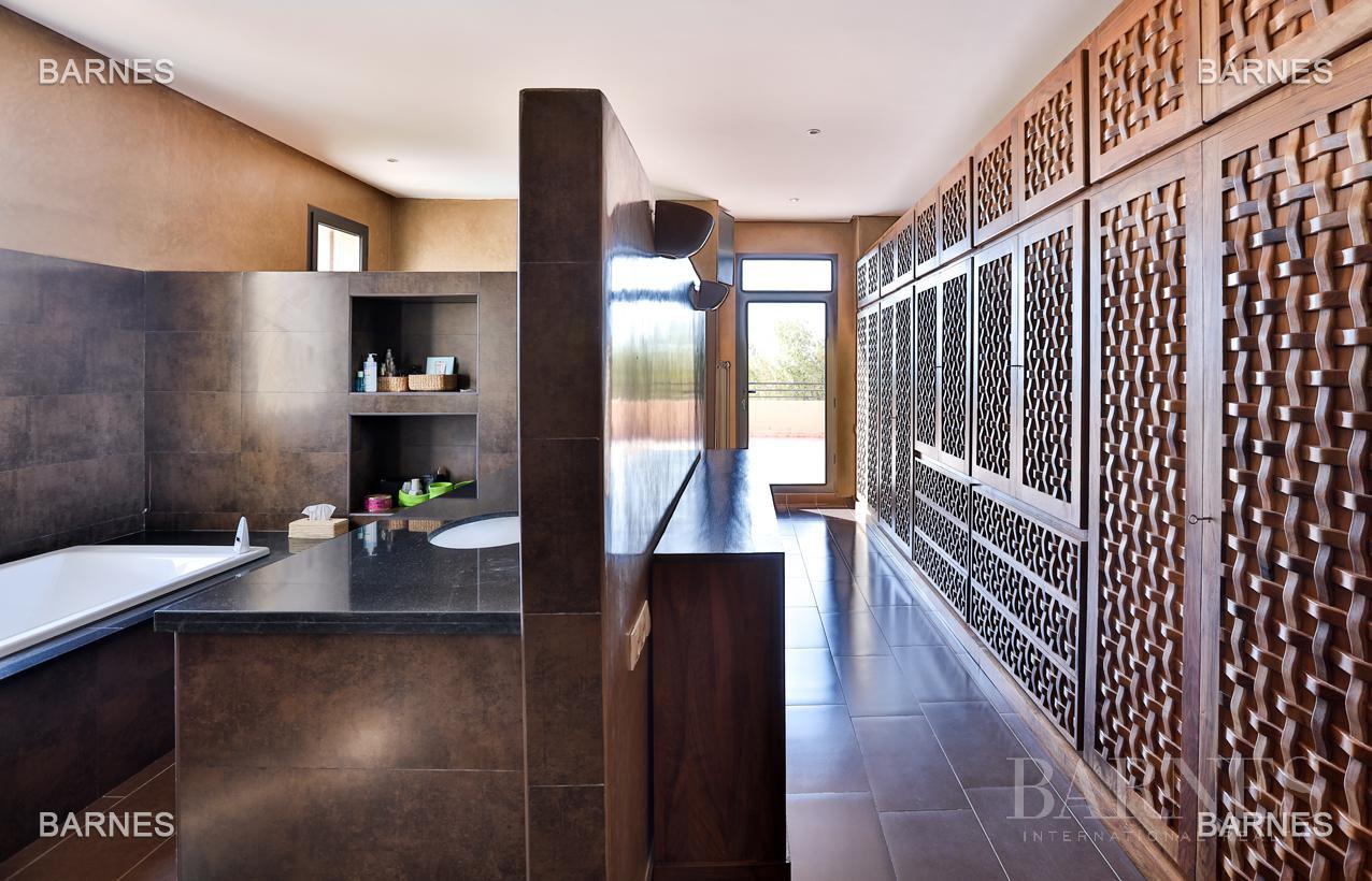 Villa contemporaine, 1 hectare, 700 m² habitables, 2 salons, 5 chambres, 5 salles de bains, piscine, terrasses. picture 14