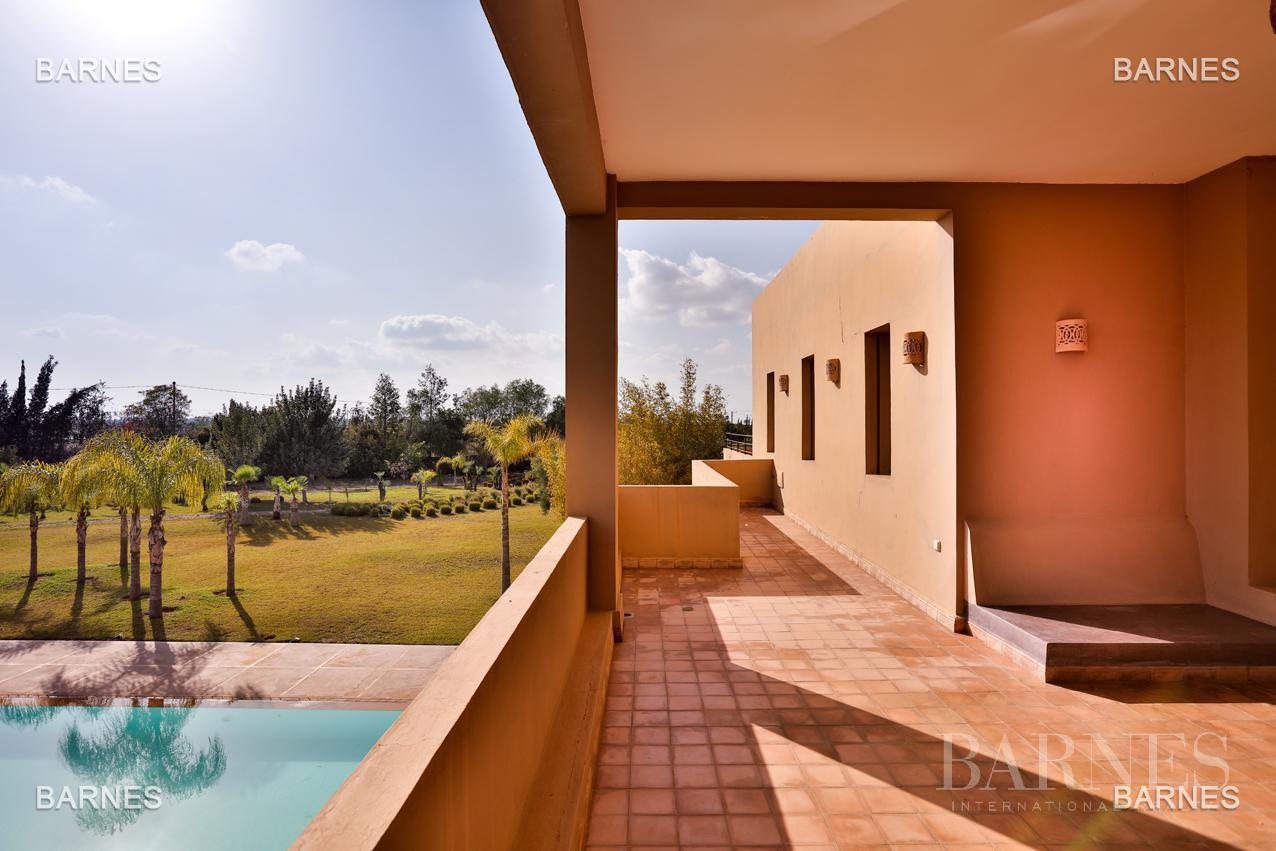 Villa contemporaine, 1 hectare, 700 m² habitables, 2 salons, 5 chambres, 5 salles de bains, piscine, terrasses. picture 11