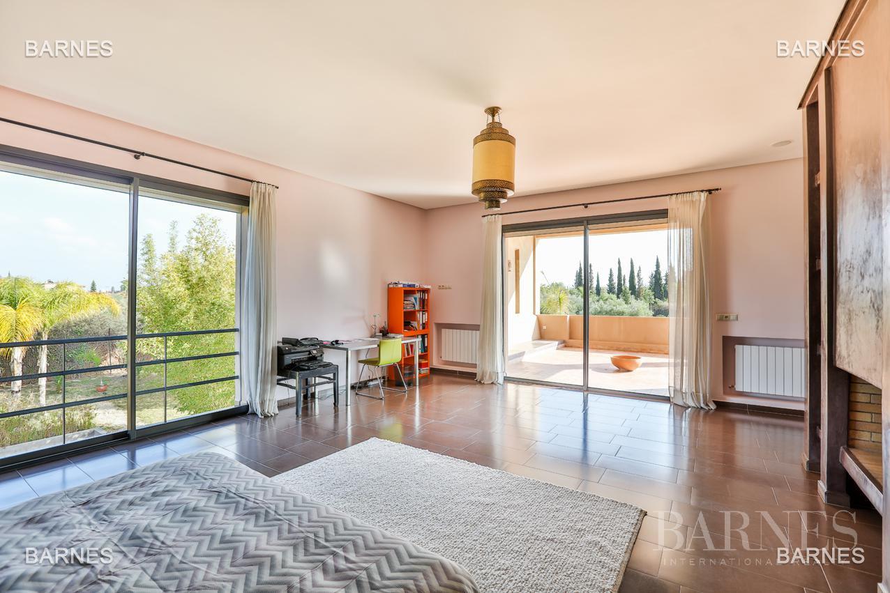 Villa contemporaine, 1 hectare, 700 m² habitables, 2 salons, 5 chambres, 5 salles de bains, piscine, terrasses. picture 7