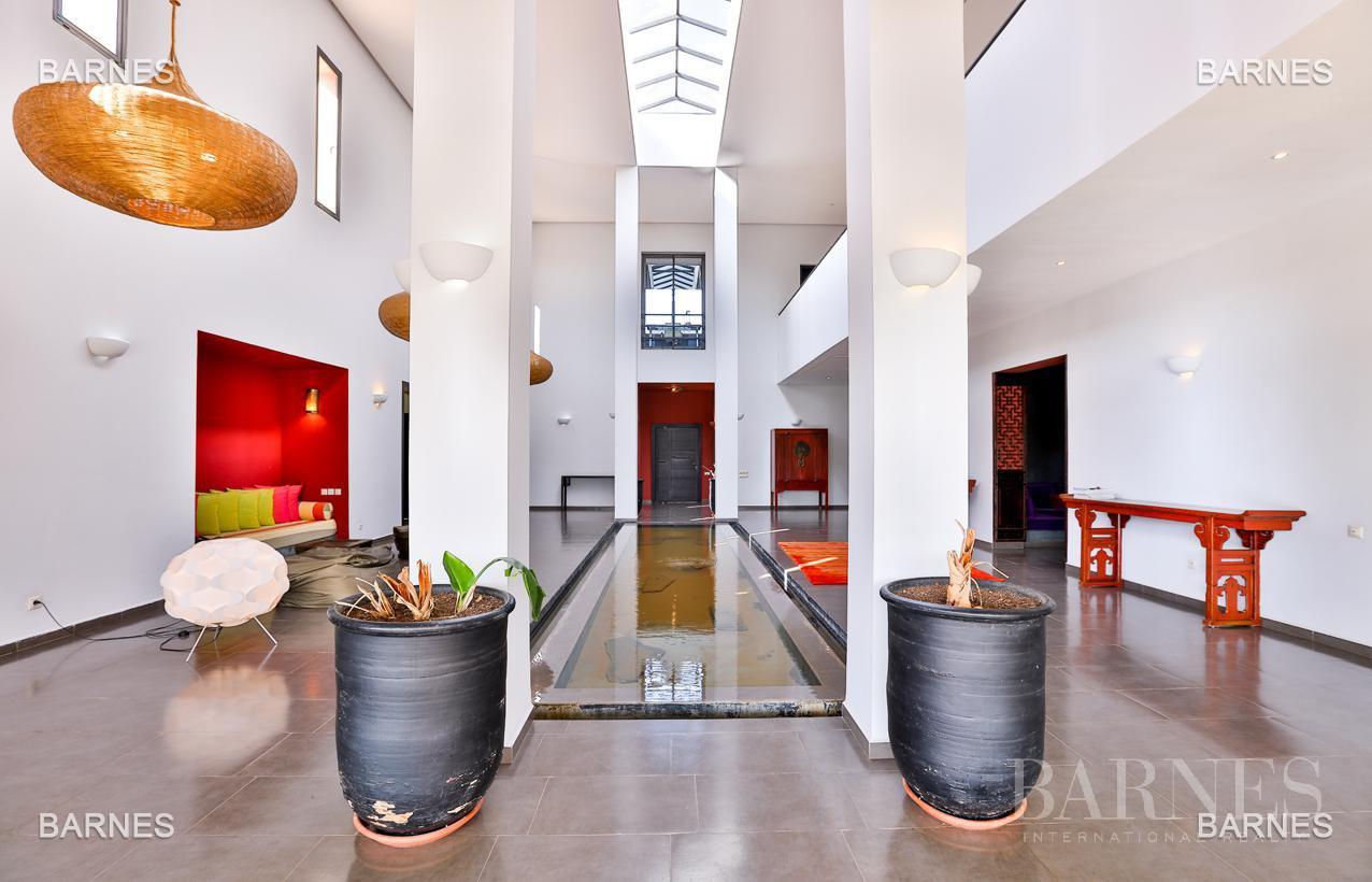 Villa contemporaine, 1 hectare, 700 m² habitables, 2 salons, 5 chambres, 5 salles de bains, piscine, terrasses. picture 12