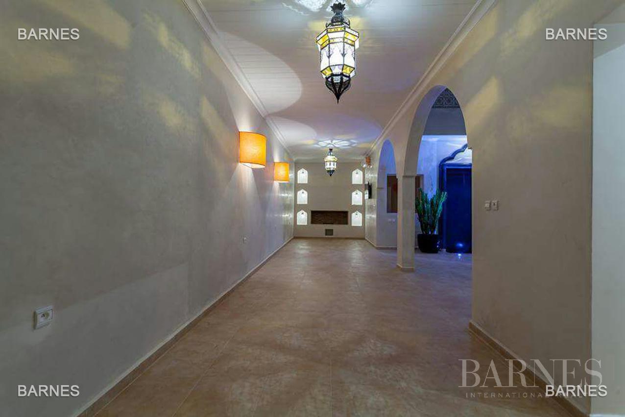 Riad neuf, construction récente, Bab Doukkala, 5 grandes chambres, 2 suites, 7 salles de bains, patio fontaine, salon cheminée, salle à manger, terrasse. Idéal pour maison d'hôtes. picture 9
