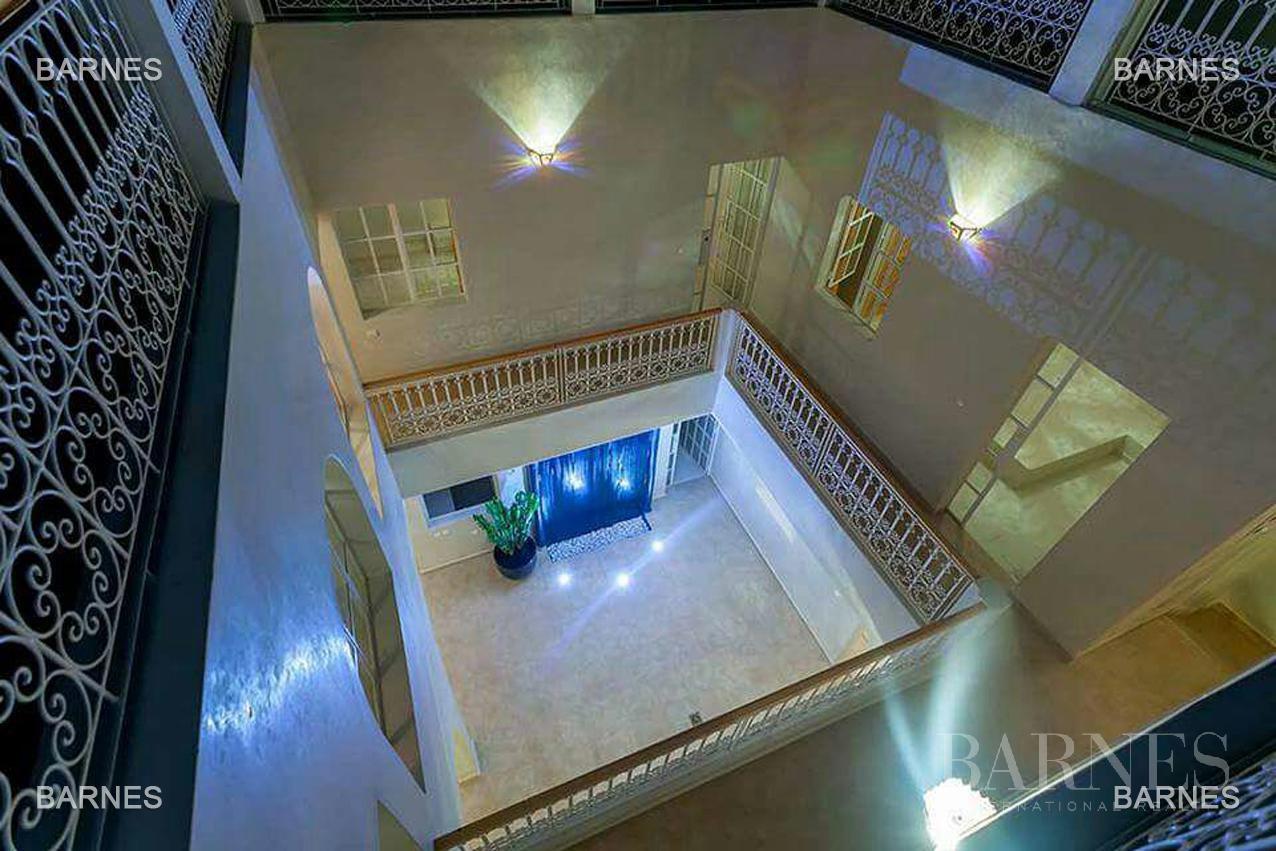 Riad neuf, construction récente, Bab Doukkala, 5 grandes chambres, 2 suites, 7 salles de bains, patio fontaine, salon cheminée, salle à manger, terrasse. Idéal pour maison d'hôtes. picture 10