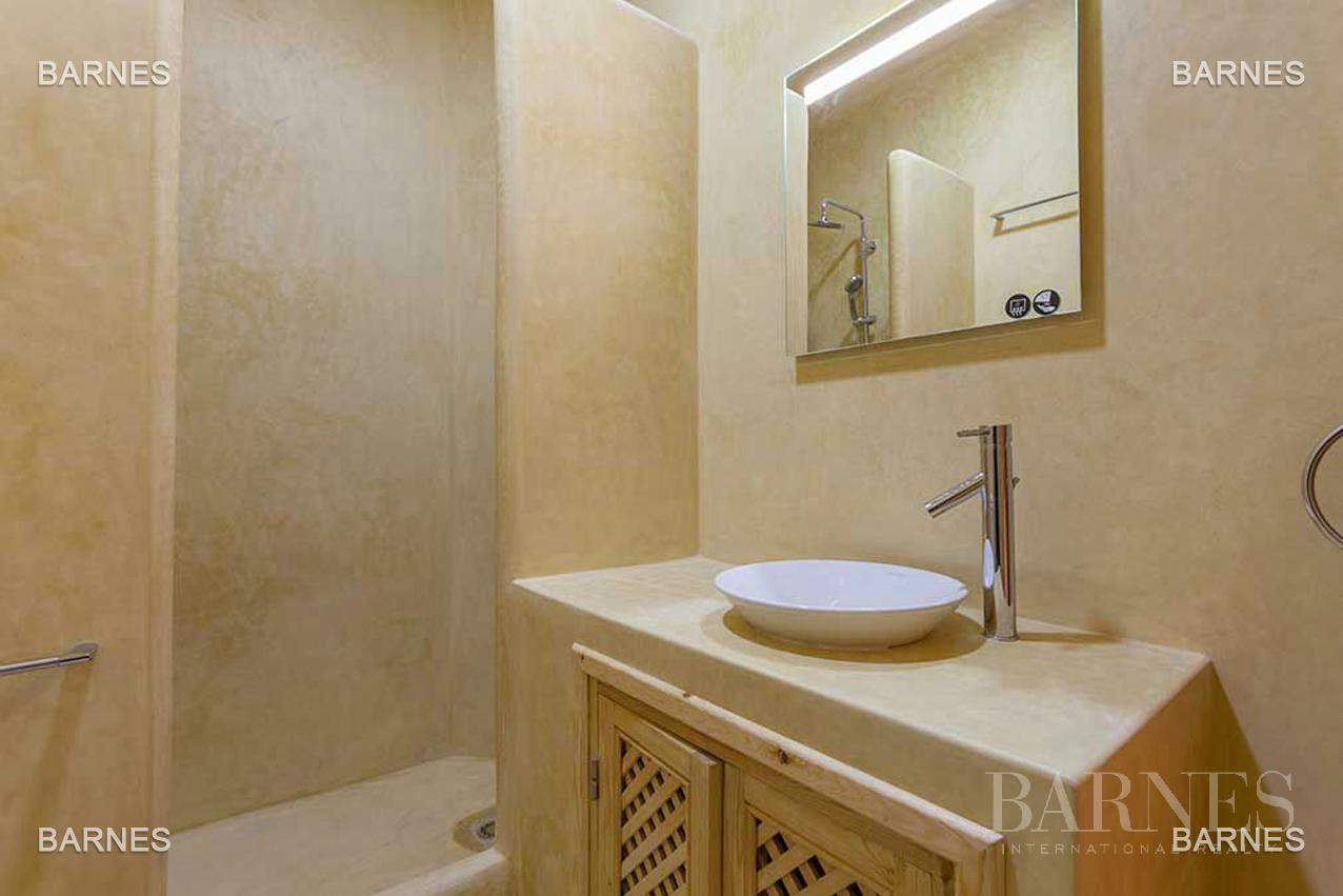 Riad new, new construction, Bab Doukkala, 5 large bedrooms, 2 suites, 7 bathrooms, patio fountain, living room fireplace, dining room, terrace. Ideal for guest house. picture 12