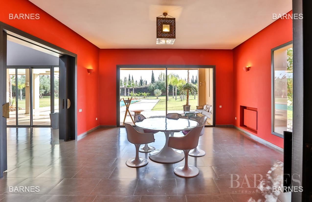 Villa contemporaine, 1 hectare, 700 m² habitables, 2 salons, 5 chambres, 5 salles de bains, piscine, terrasses. picture 10