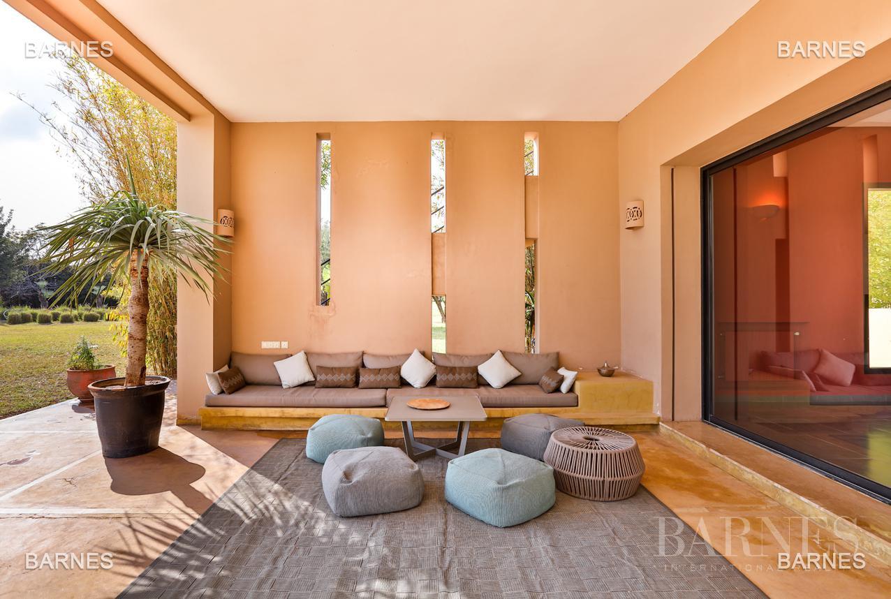 Villa contemporaine, 1 hectare, 700 m² habitables, 2 salons, 5 chambres, 5 salles de bains, piscine, terrasses. picture 16