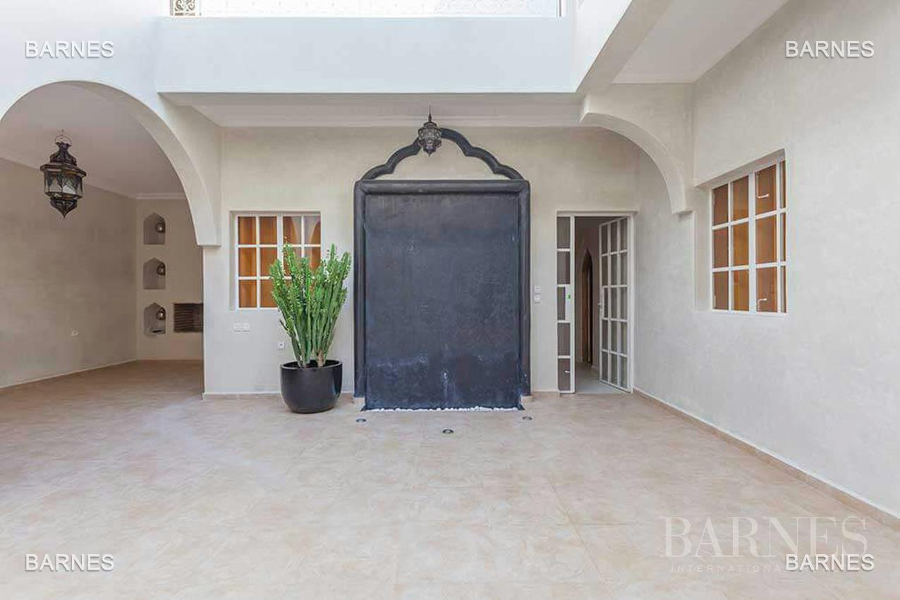 Riad neuf, construction récente, Bab Doukkala, 5 grandes chambres, 2 suites, 7 salles de bains, patio fontaine, salon cheminée, salle à manger, terrasse. Idéal pour maison d'hôtes. picture 8