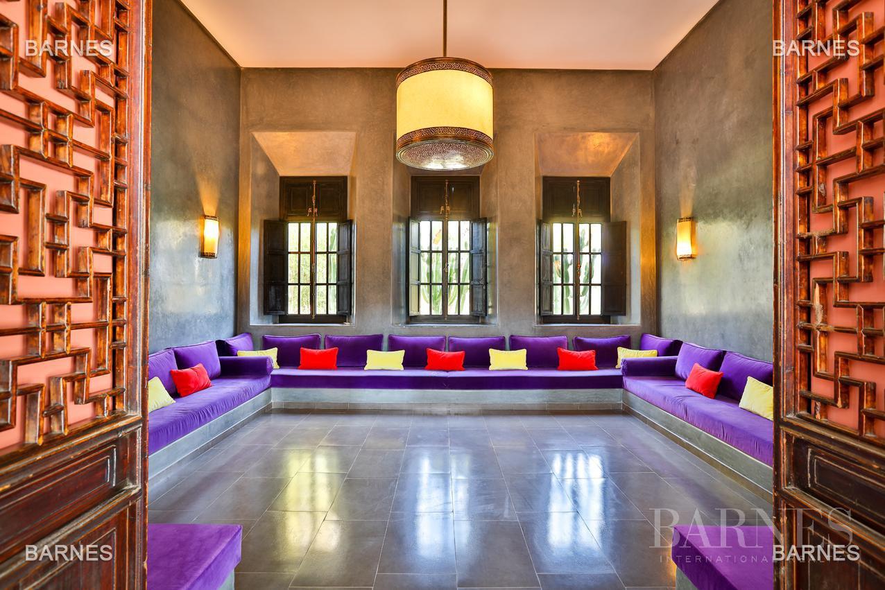 Villa contemporaine, 1 hectare, 700 m² habitables, 2 salons, 5 chambres, 5 salles de bains, piscine, terrasses. picture 6