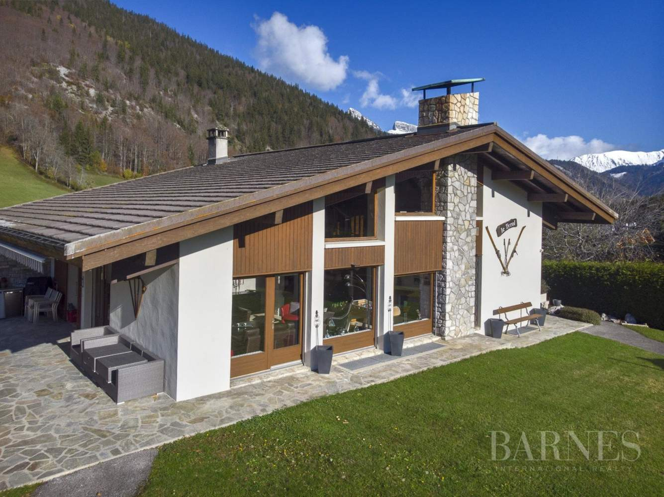 MAGNIFICENT CHALET OF 300 SQM WITH ATTACHED APARTMENT OF 55 SQM picture 18