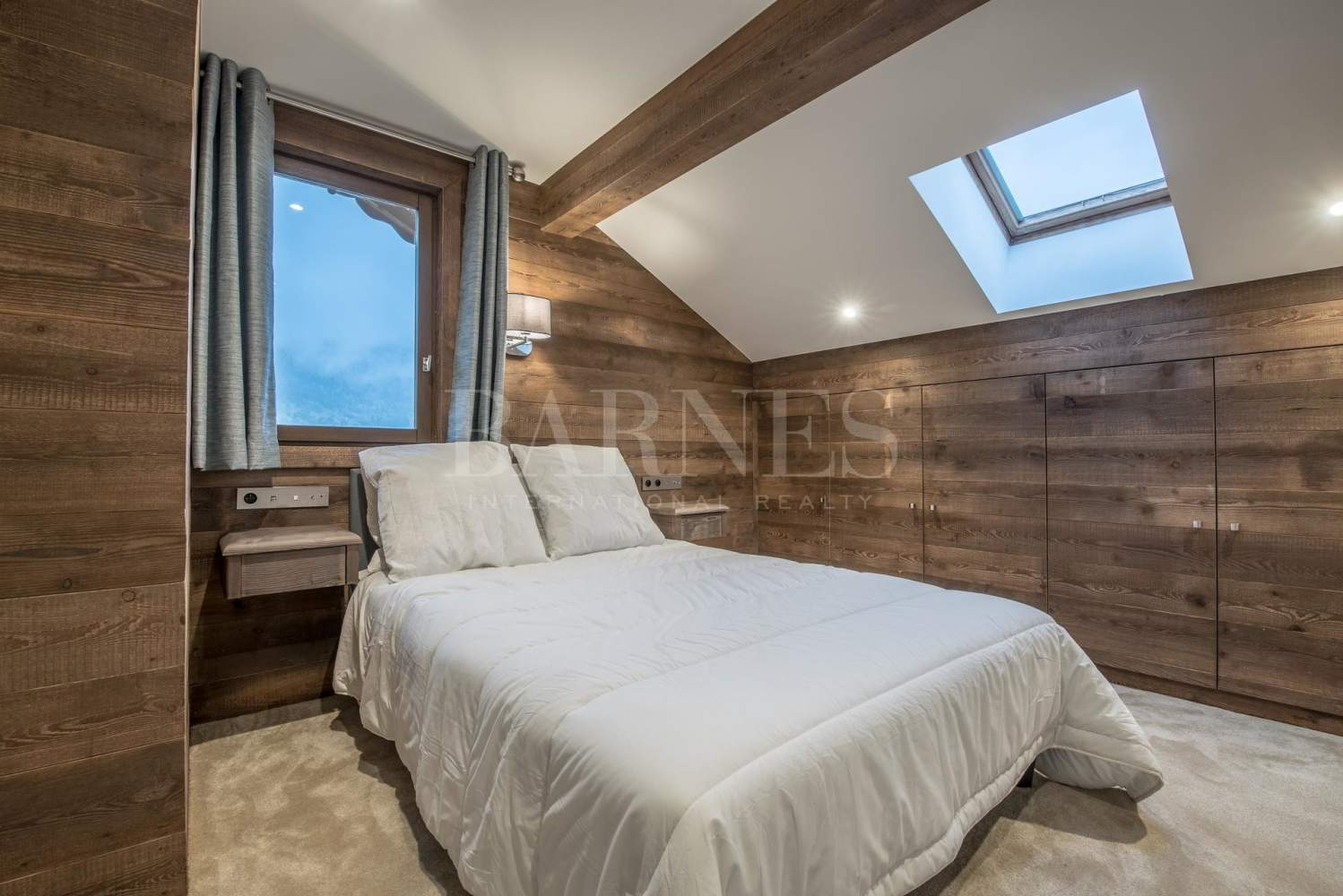 Newly renovated chalet with stunning mountain views picture 9