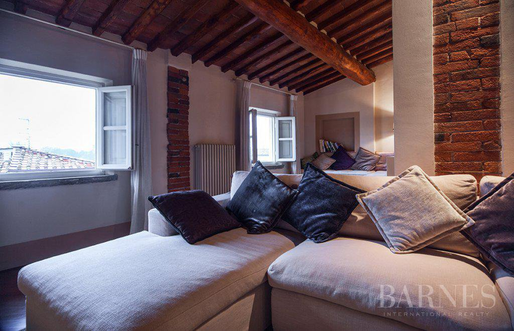 BRIGHT AND SPACIOUS FINELY FURNISHED APARTMENT INSIDE LUCCA WALLS picture 8