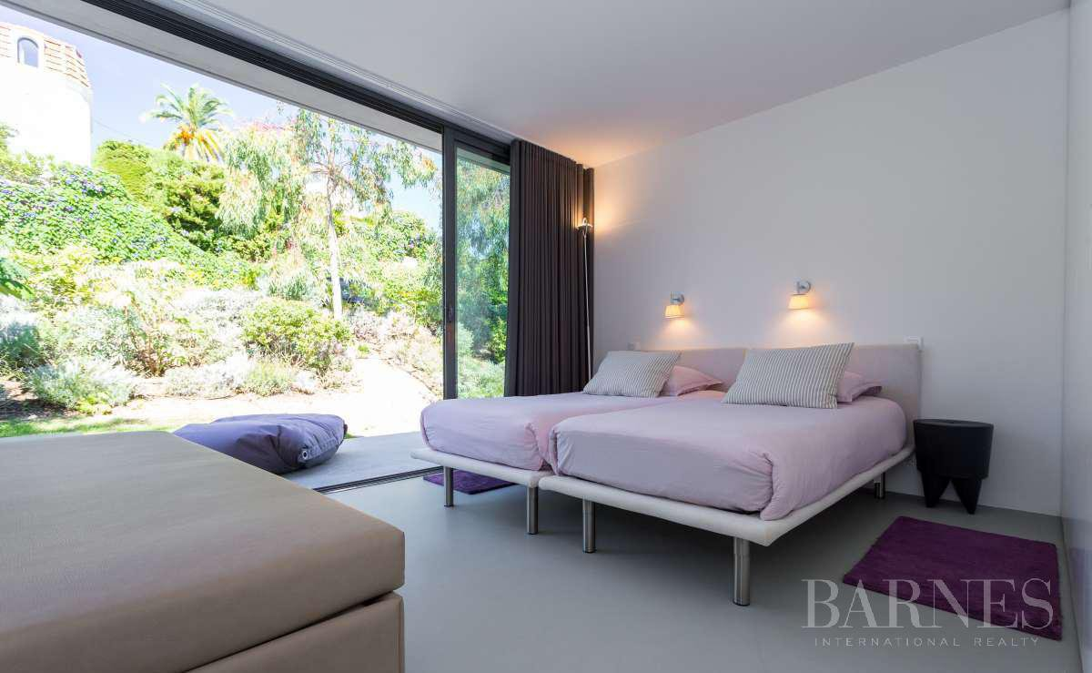 NEAR CANNES - CONTEMPORARY VILLA - 4 BEDROOMS - PANORAMIC SEA VIEW picture 12