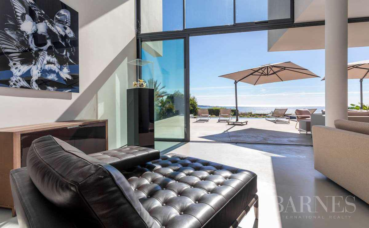 NEAR CANNES - CONTEMPORARY VILLA - 4 BEDROOMS - PANORAMIC SEA VIEW picture 3
