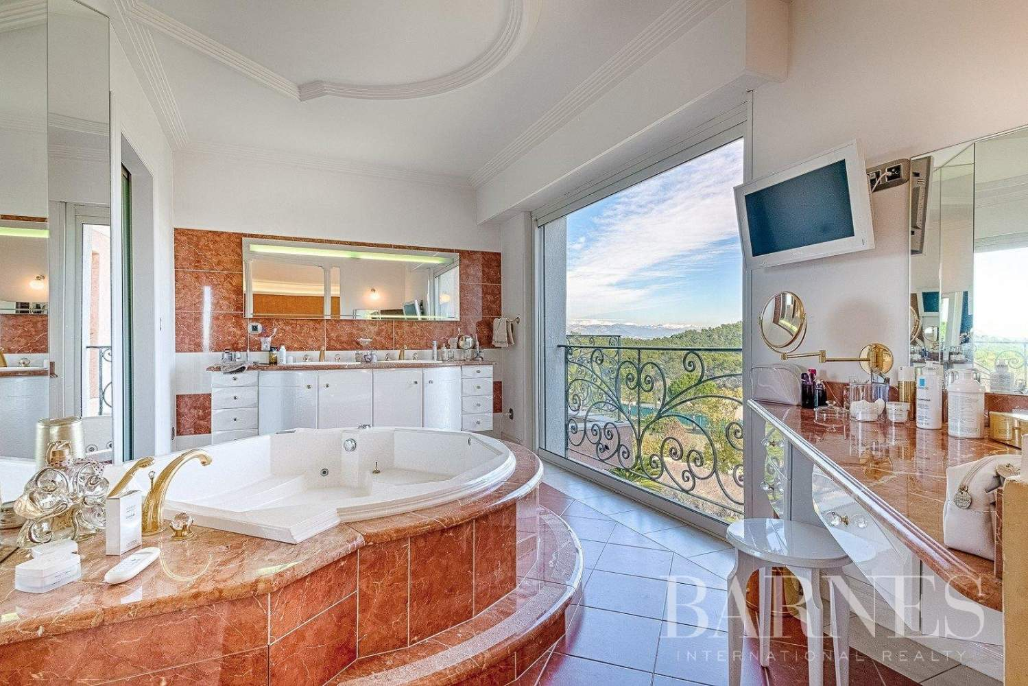 Mougins - Exceptional villa - Sleeps 12 - Panoramic sea and mountain view picture 3