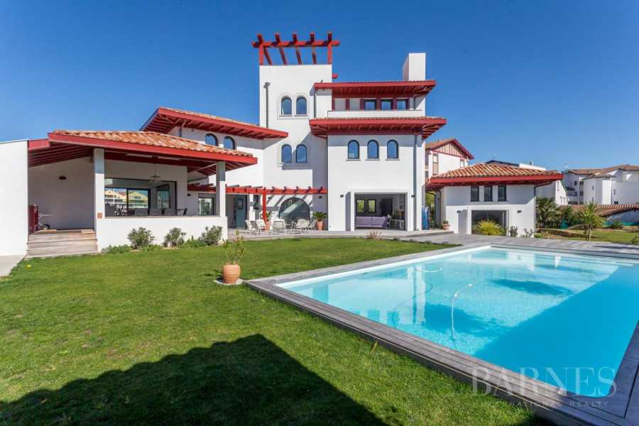 VERY NICE CONTEMPORARY HOUSE, 10 MINUTES WALK FROM THE BEACH OF SAINT JEAN DE LUZ AND FROM THE CENTER, 6 BEDROOMS, 14 PERSONS. HEATED SWIMMING POOL. picture 18