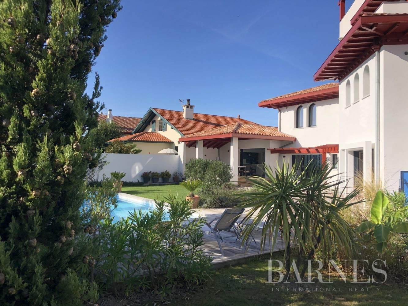 VERY NICE CONTEMPORARY HOUSE, 10 MINUTES WALK FROM THE BEACH OF SAINT JEAN DE LUZ AND FROM THE CENTER, 6 BEDROOMS, 14 PERSONS. HEATED SWIMMING POOL. picture 17