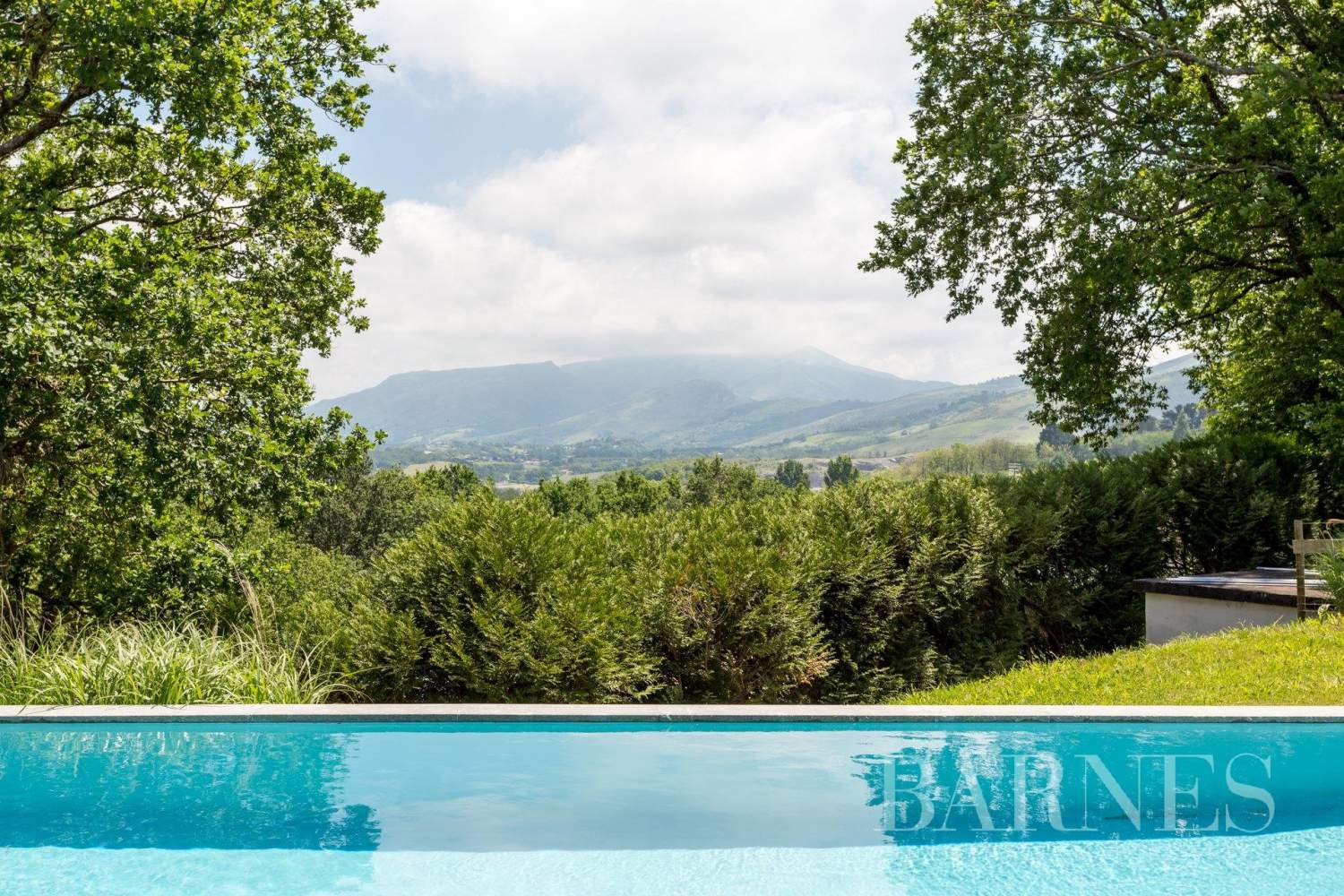 URRUGNE, LARGE HOUSE WITH A POOL AND MOUNTAINS VIEW, UP TO 17 PEOPLE picture 3
