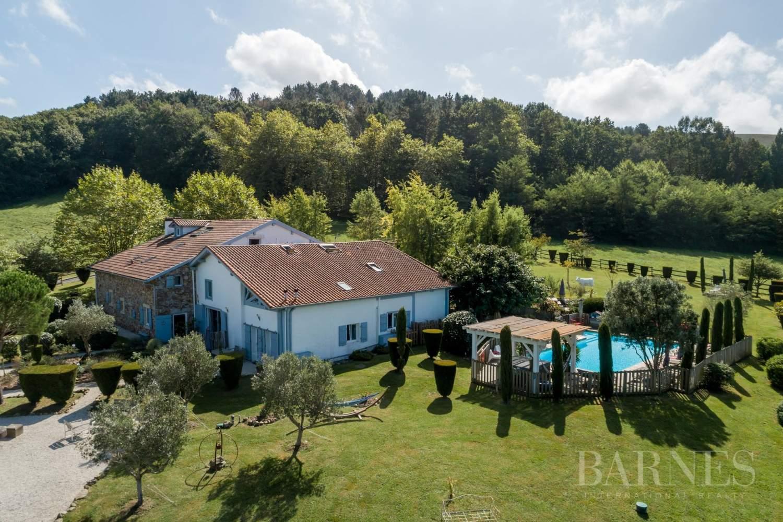 Fait Divers Saint Pee Sur Nivelle proche ascain, tres belle ferme du xvii eme d'environ 650 m²