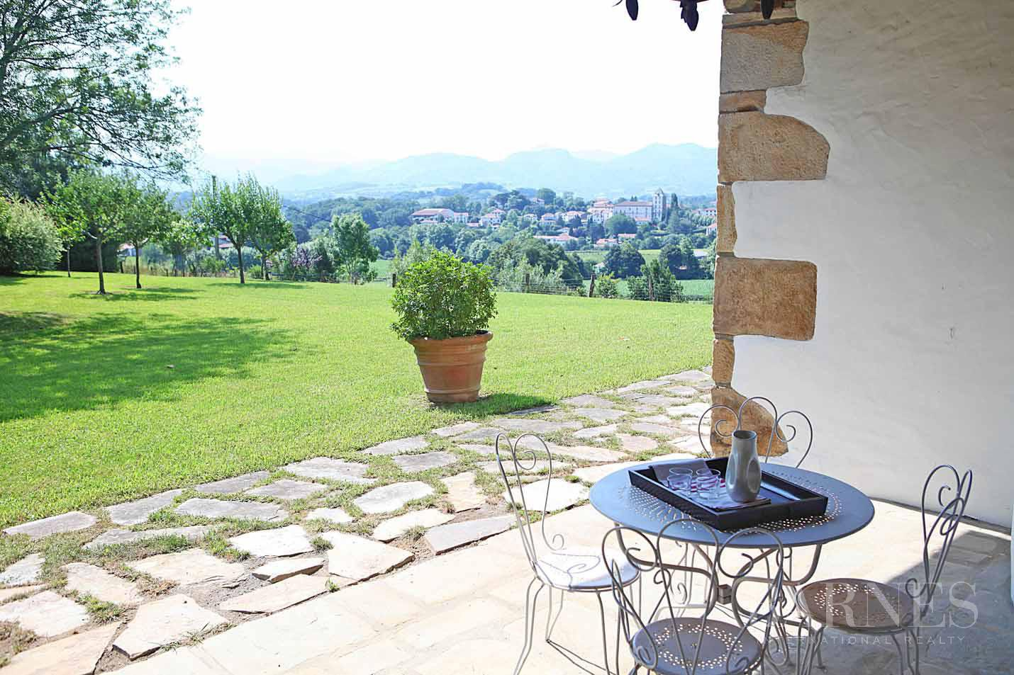 SARE, 20 MINUTES FROM SAINT JEAN DE LUZ, BASQUE STYLE FARMHOUSE WITH HEATED POOL, PANORAMIC MOUNTAIN VIEW picture 3