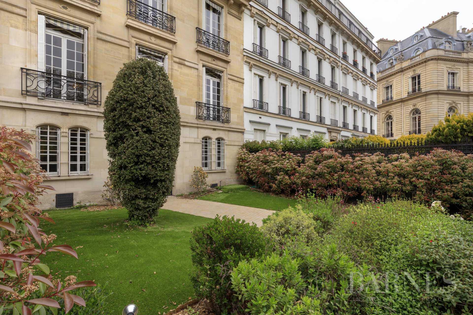 Paris  - Hôtel particulier 15 Pièces
