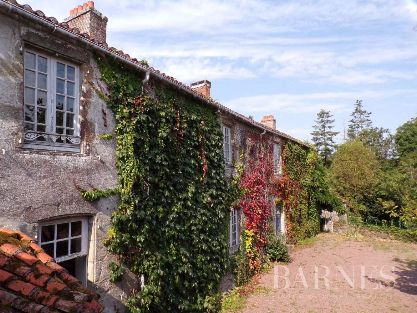 Challans  - Maison 16 Pièces 5 Chambres - picture 1