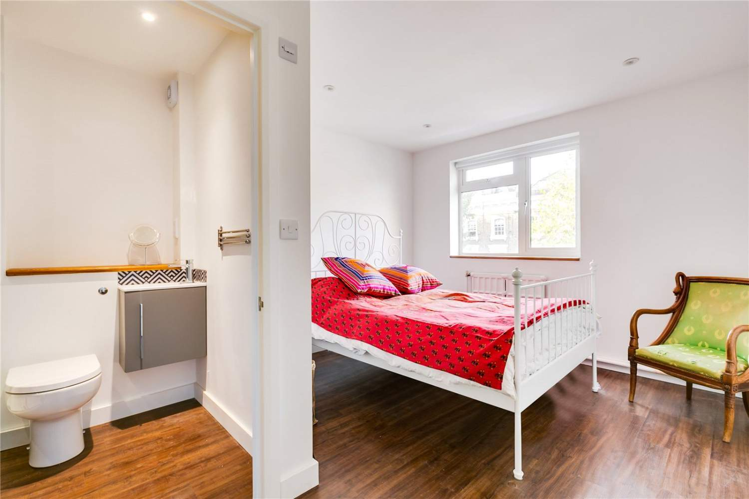 London  - House 3 Bedrooms - picture 4