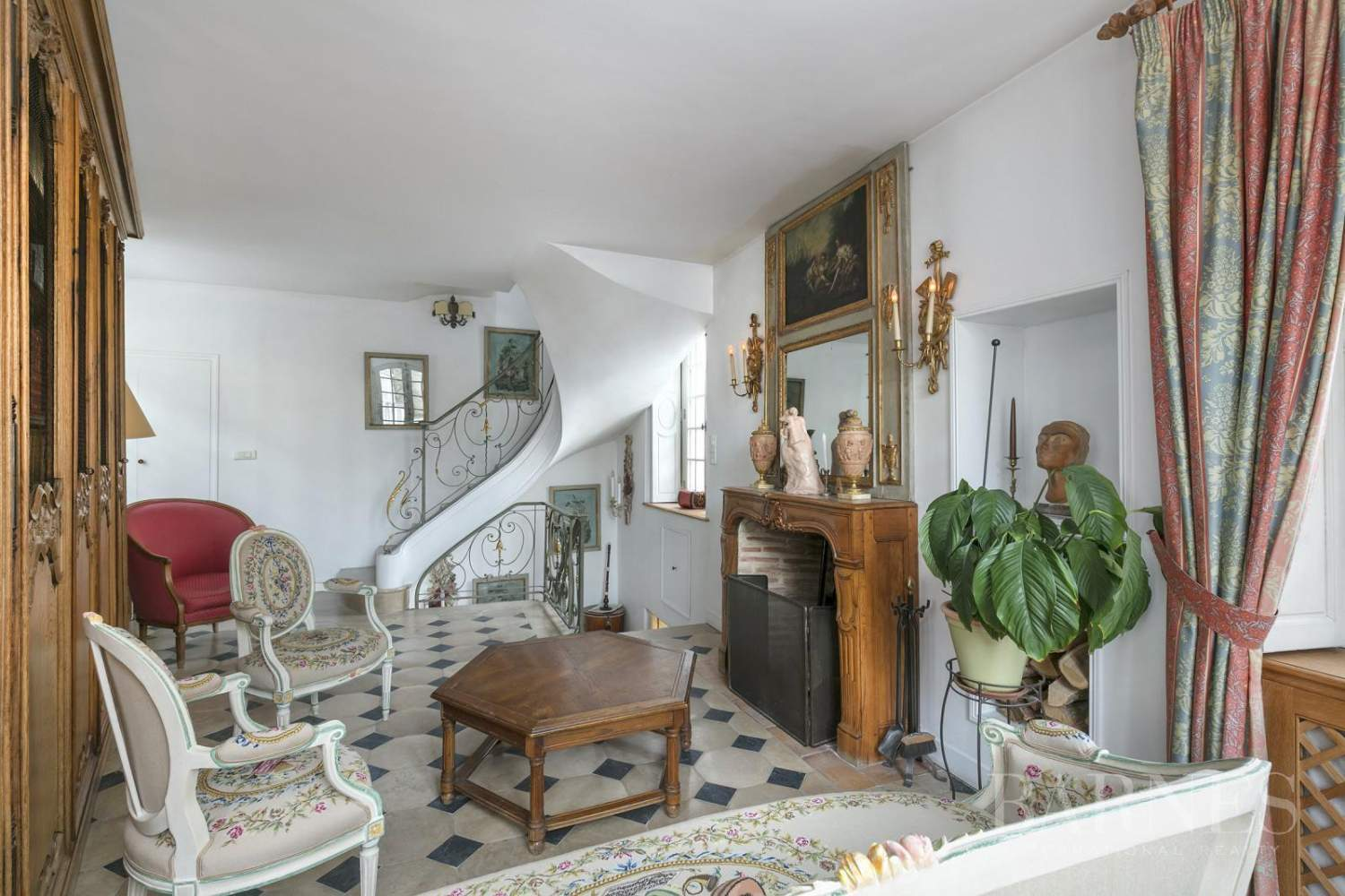 VERSAILLES RIVE DROITE ND AREA - SMALL HISTORIC TOWNHOUSE DATING FROM 18th CENTURY picture 3