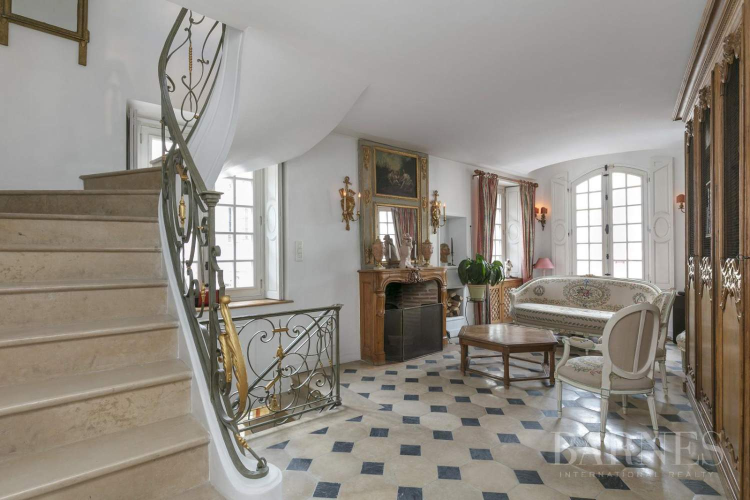 VERSAILLES RIVE DROITE ND AREA - SMALL HISTORIC TOWNHOUSE DATING FROM 18th CENTURY picture 2