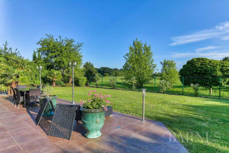 MAGNY-LE-HONGRE - PROPERTY WITH A VIEW OF A GOLF COURSE - 5 BEDROOMS - 1,000m² (10,764 sq ft) of land. picture 9